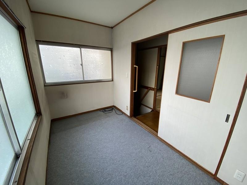 【2階洋室】◆4帖 ◆2面の窓で通気がいいです ◆ウォーキングクローゼットもいいかもです