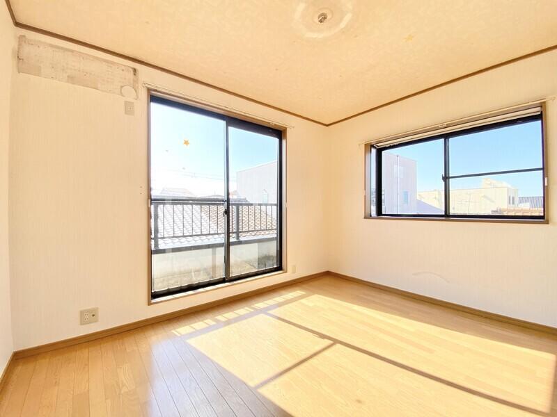 【1F バスルーム】大きな窓がついたゆとりあるスペースのバスルームです♪ 一日の疲れを癒す場所が広いと気持ちに余裕が生まれますね♪