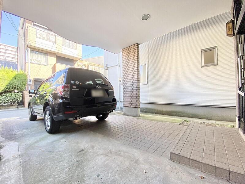【駐車場】間口が広いので入出庫しやすい駐車場♪運転はちょっと苦手…という方も安心です♪住宅街ですので交通量も少なめですよ♪