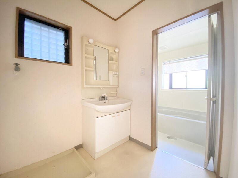 【1F 洗面ルーム】白を基調とした洗面スペースです♪化粧台の隣が洗濯機置場ですから、お洗濯を手早く済ませるのにも便利です♪