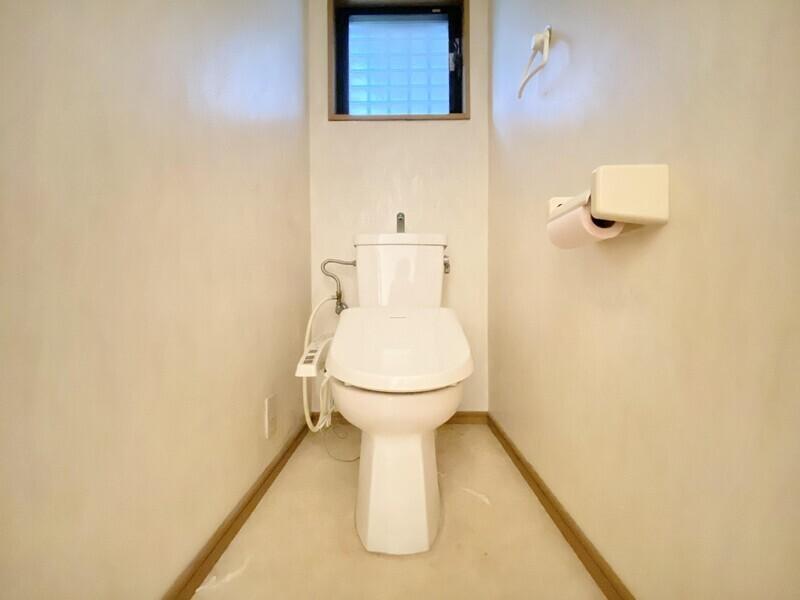 【トイレ】1Fと2Fにトイレがあります♪白を基調とした清潔感のあるスペースです♪窓があるので明るく通気性もバッチリです♪