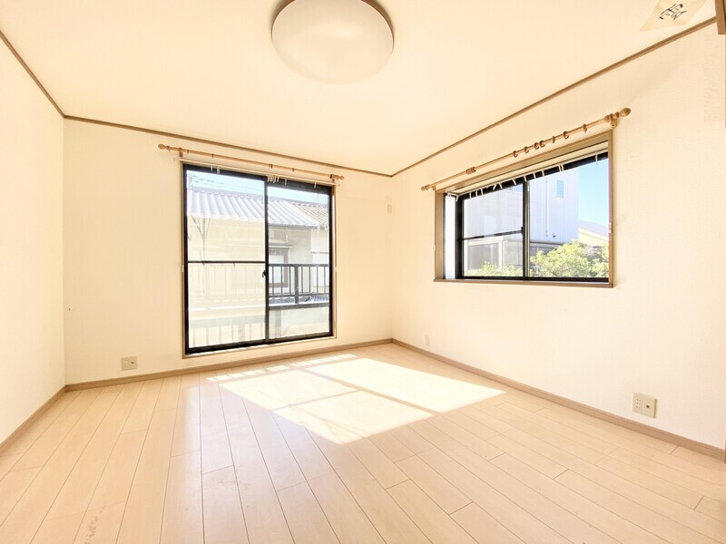 【2F リビングダイニング】窓から差し込む陽光がご家族を明るく照らします♪ゆったりとした空間で皆がのんびり暮らせるお住まいです♪