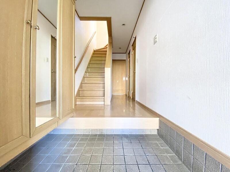 【玄関ホール】玄関ドアを開ければ奥行きのある玄関ホールが♪手摺のついた階段や和室8.0帖のお部屋へと続いています♪