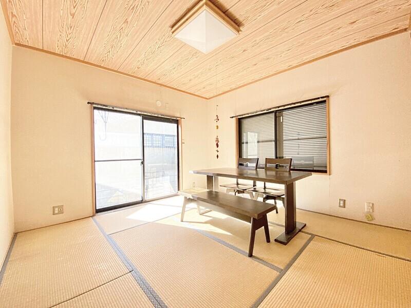 【1F 和室8.0帖】1Fの一番奥に位置する畳のお部屋です♪二面採光は明るいですね♪大きな窓からは専用スペースへと出られます♪