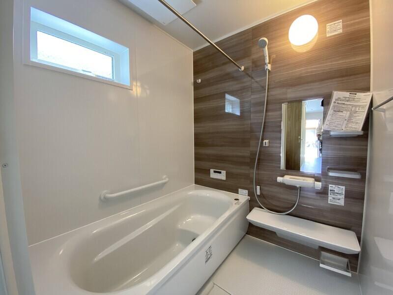 【浴室】浴室暖房乾燥機つきなので、雨の日も部屋干しができます♪