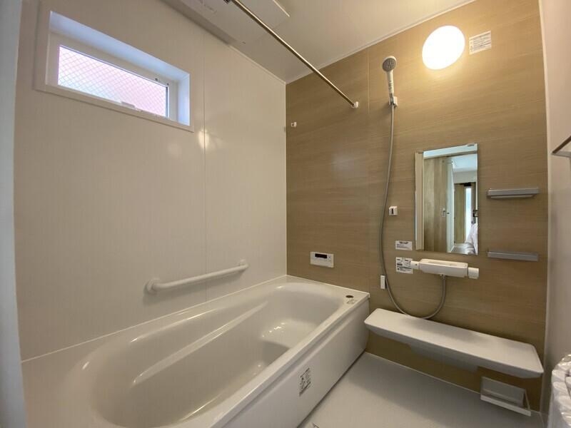 【浴室】浴室暖房乾燥機付きの浴室で部屋干しも簡単♪ベンチバスタイプの浴槽で半身浴も出来ます!