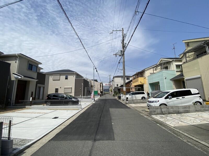 【前面道路】周辺は交通量も少なく、閑静な住宅街です。