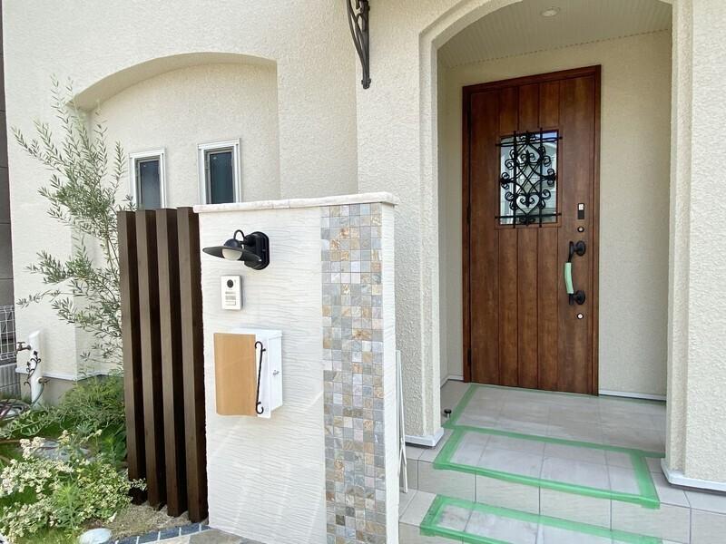 玄関周りの緑は主張しすぎることなく、お家との一体感を感じさせる仕上がりとなっております。