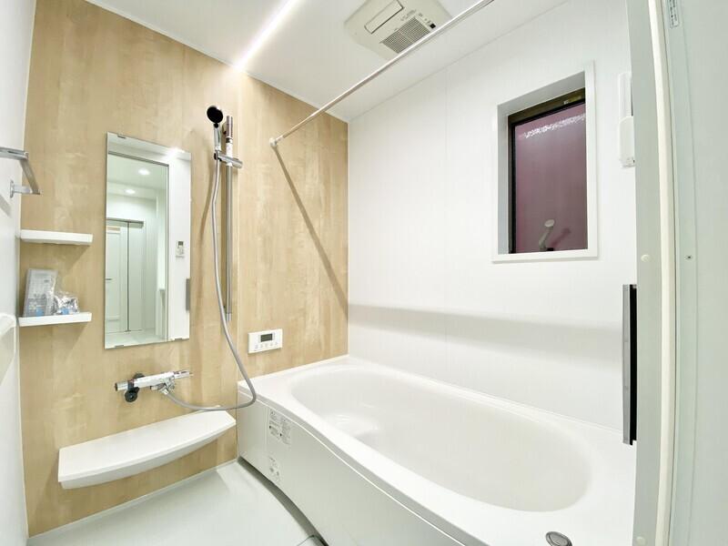 【バスルーム】木目調のタイルが目を引くバスルーム♪浴室乾燥機や浴室テレビも完備♪毎日快適なバスタイムを過ごしましょう♪