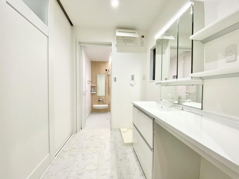 【洗面スペース】白でまとまった清潔感溢れる広々洗面スペースです♪ワイド型のシャワー付き洗面化粧台は使い勝手が良さそう♪