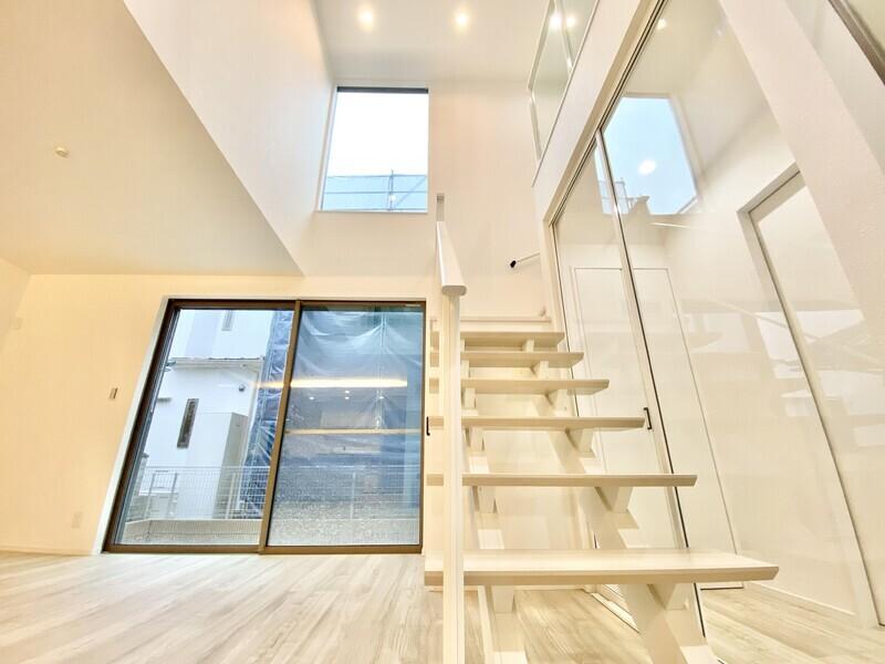 【吹抜け】透明なスライドドアを開けると広々としたLDK♪そこから2階へと伸びる階段♪