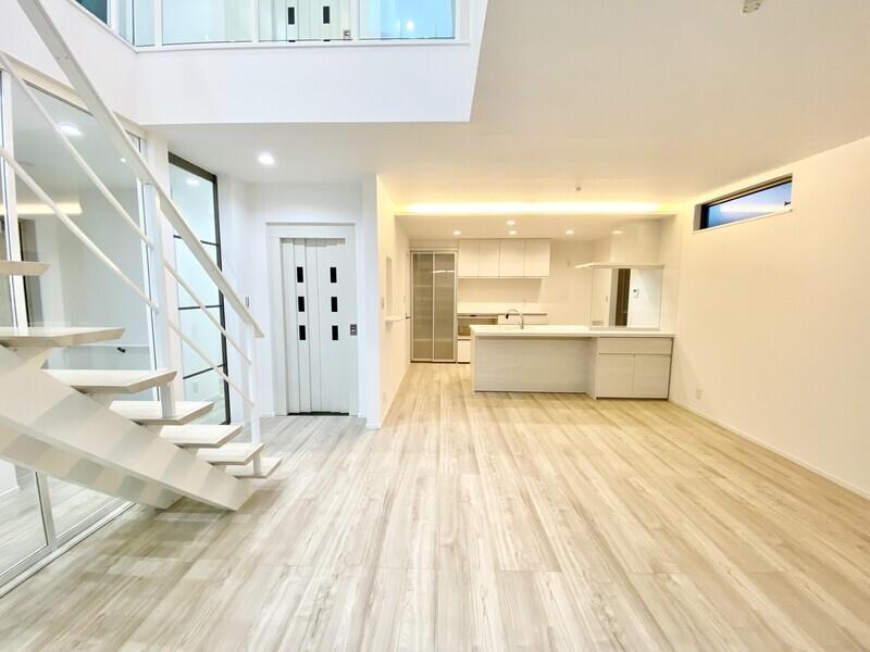 【LDK18.8帖】リビングから階段の伸びる人気の間取りです♪吹抜けなので室内は大変明るいですよ♪いつでも内覧OKです♪