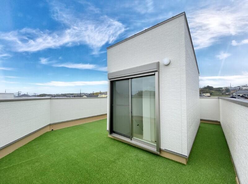 【屋上スカイルーフバルコニー】屋上の建物を取り囲むバルコニー♪バルコニー周囲の壁が高めですから外からの視線も気になりません♪