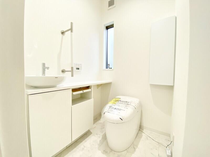 【トイレ】独立洗面台のある1Fタンクレストイレです♪わざわざ階下まで行かなくても良いよう2Fにもトイレを完備♪
