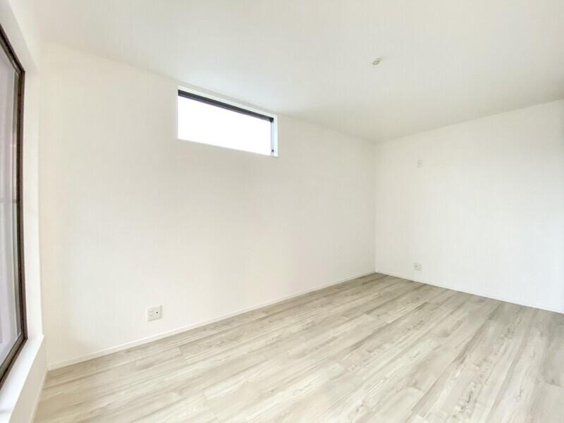 【洋室7.5帖】プライバシーが確立された二面採光の明るいお部屋です♪バルコニーへと出られます♪