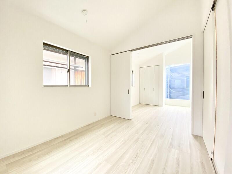 【洋室5.2帖】センターの仕切りを入れなければ10.4帖の広々スペース♪勾配屋根の素敵な空間です♪