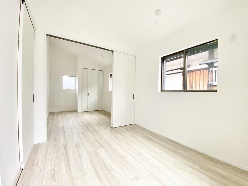 【洋室5.2帖】センターの仕切りを入れなければ10.4帖の広々スペース♪両サイドに壁にクローゼットが備わっています♪