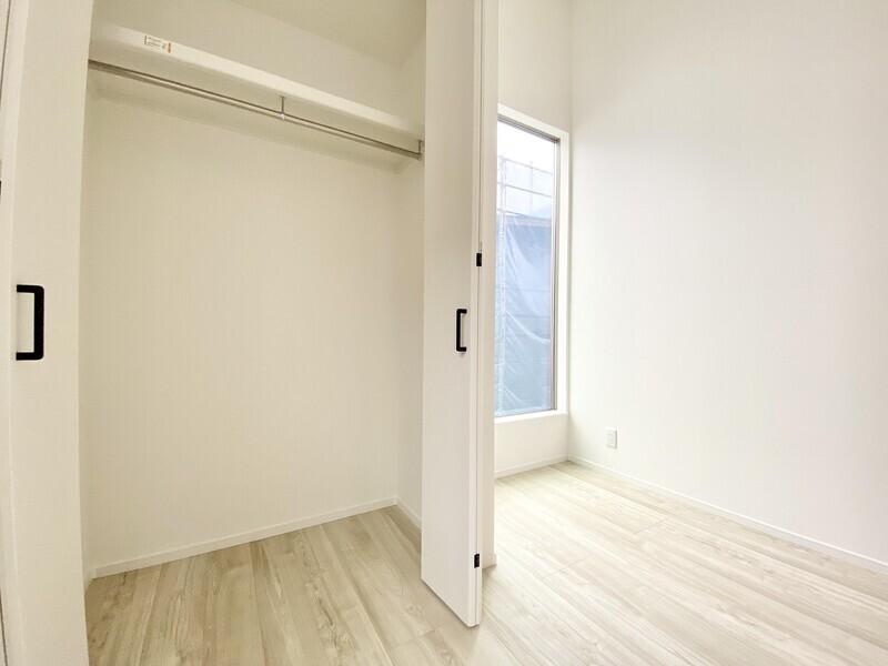 【各居室に収納】大きな窓の隣には大きな収納スペースが♪