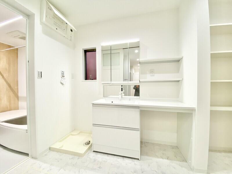 【洗面スペース】収納も行き交うスペースも十二分な洗面所です♪朝の忙しい時間も夜のお休み前もゆとりを持って身繕いできますね♪