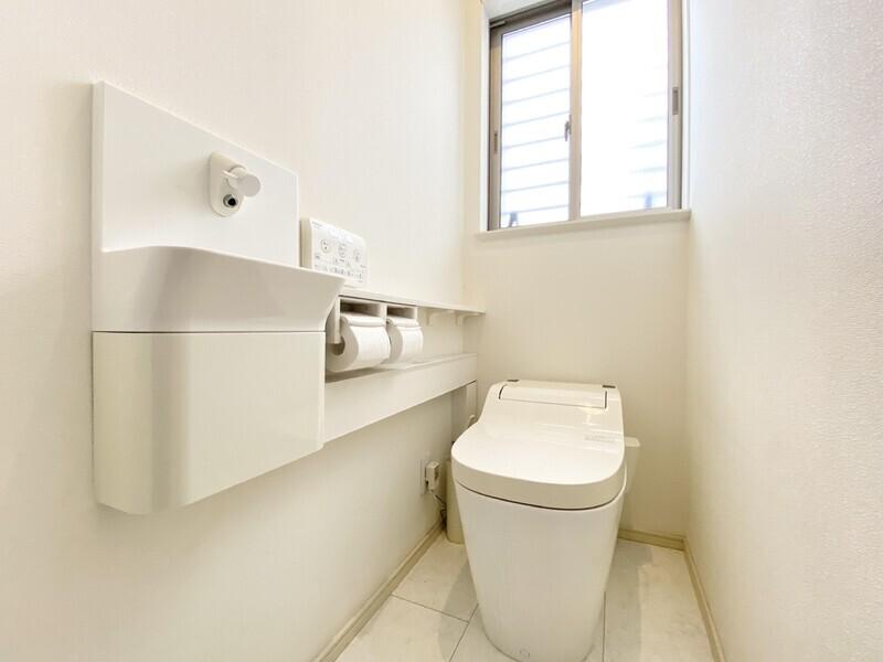 【1Fトイレ】白をベースにした清潔感あふれるトイレ♪採光面や通気性に富んだ窓があれば快適に過ごせそうです♪