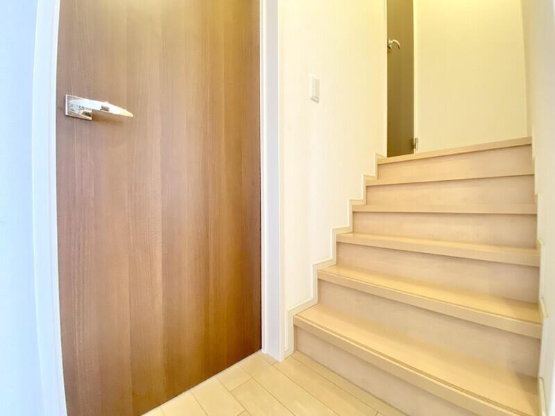 【スキップフロア】あれ?三階建て??いえいえ、同じ空間の中に段差をつけたスキップフロアです♪目線の高さが変わるので開放感がありますよ♪