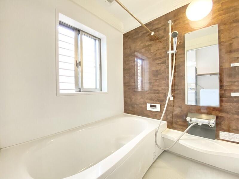 【バスルーム】防犯対策された窓から明るい陽光が差し込むバスルーム♪ウォルナットのタイルが素敵ですね♪浴槽はお子様が安心して座れるステップバスです♪