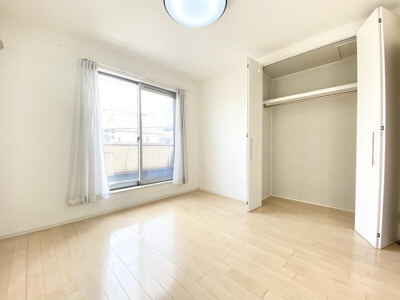 【洋室6.1帖】6.3帖と6.1帖のお部屋にバルコニーがあります♪収納スペースも確保された二面採光の明るい室内です♪