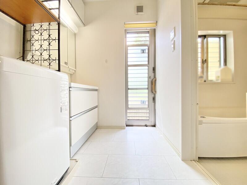 【洗面ルーム】ご家族揃って身支度可能なゆとりの洗面ルームです♪外へ出られるドアがあるので明るく、使い勝手も便利ですね♪