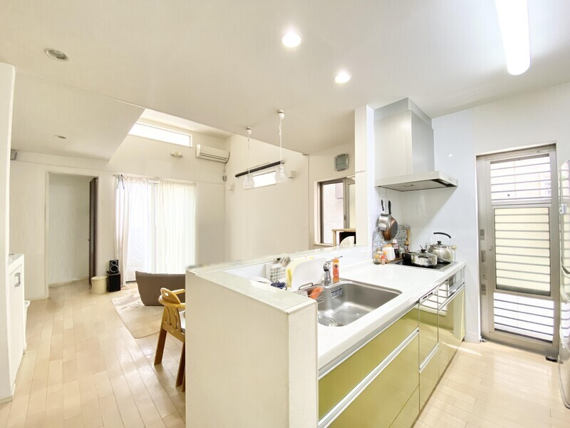 【キッチンスペース】火を使わないIHクッキングヒーターなので室内の空気が大変クリーン♪勝手口がありますからゴミを一時的に外へ置くのに使い勝手が良いですね♪