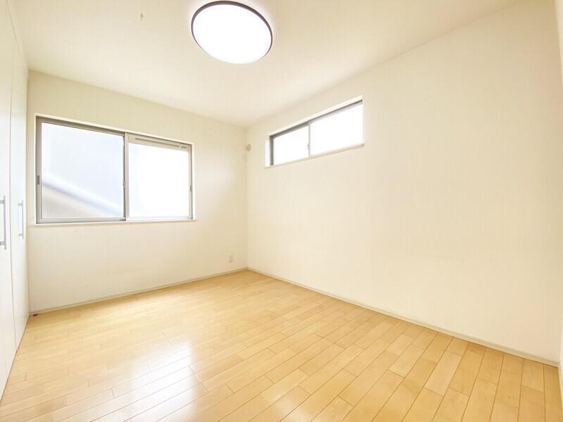 【洋室6.0帖】収納スペースが確保された二面採光の明るい室内です♪いつでもお気軽にお問合せください♪