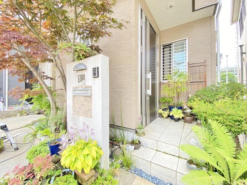 【玄関ポーチ】目が喜びそうな草花が植えられている玄関ポーチ♪自然から季節を知ることのできる素敵なお住まいです♪