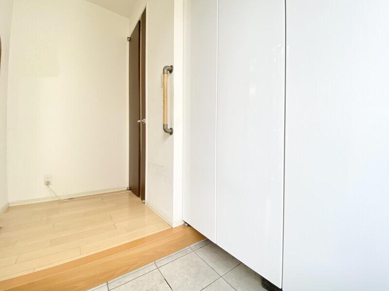 【玄関】玄関には白い大きなシューズボックスが備わっています♪三和土に靴が散らばることなく快適に生活できますね♪