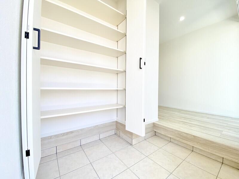 【玄関】スライドタイプの玄関ドアを開ければ上品なシューズクローゼット♪