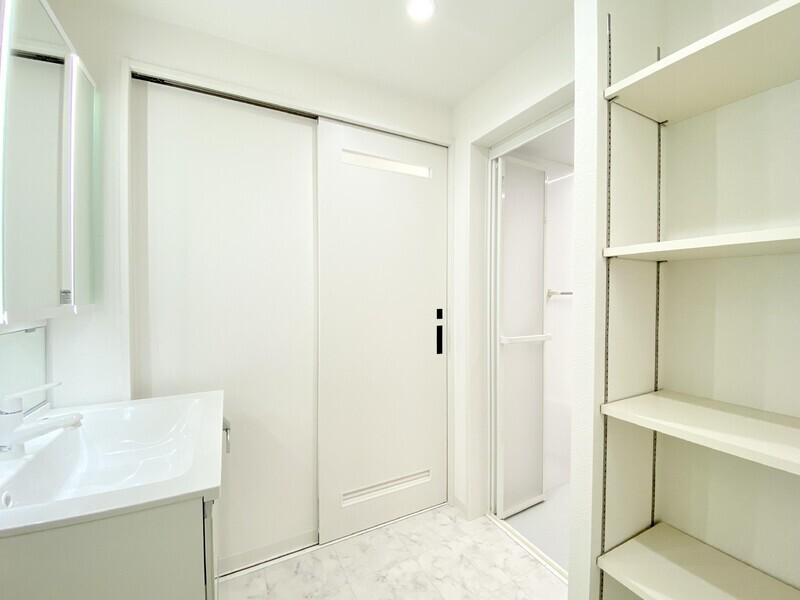 【洗面スペース】白を基調としたゆとりあるスペースの洗面所♪