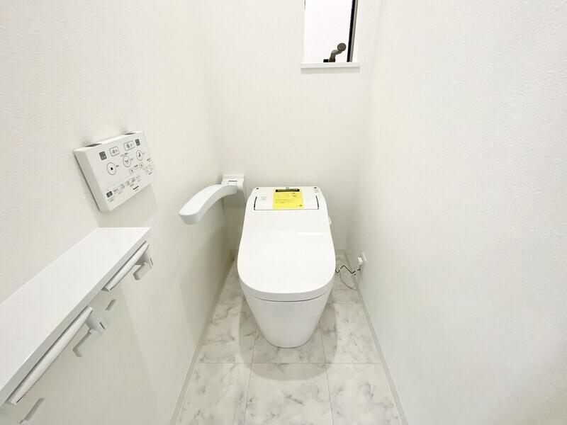 【1Fトイレ】タンクレスのウォシュレットトイレです♪