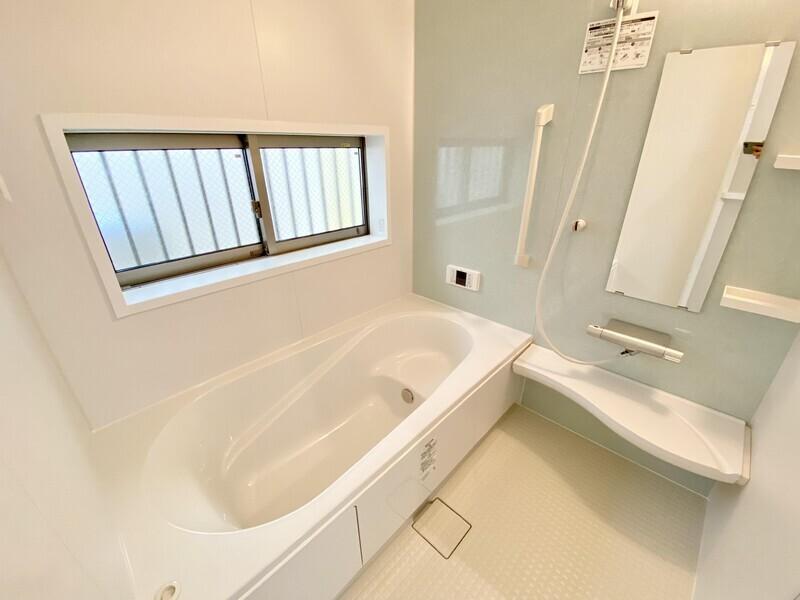 【バスルーム】ワンステップバスの備わる、淡いタイルが目を引く浴室です♪浴室乾燥機が付いていますので湿気やカビの心配もいりません♪