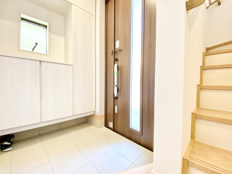【玄関/階段】シックな玄関ドアやコの字型のシューズボックス♪一段上がればゆとりあるスペースと階段が伸びています♪