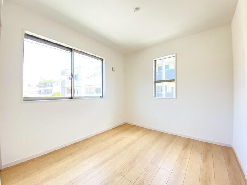 【洋室5.25帖】二面採光の陽当りが良い洋室です♪収納スペースをたっぷり確保していますからお部屋も散らかりません♪