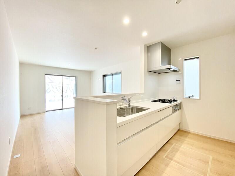 【キッチン】白を基調としたシステムキッチンが素敵な空間を演出しています♪リビングとの一体感が嬉しいですね♪
