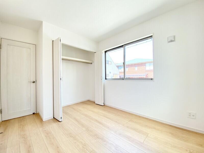 【洋室5.25帖/収納】収納スペースをたっぷり確保していますからお部屋も散らかりません♪どんなインテリアも合わせやすいです♪