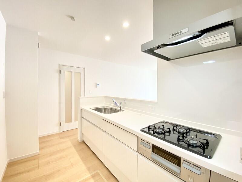 【キッチン】奥行きある天板、三口コンロ、浄水器兼用混合栓、ワイドシンク等、気持ち良くキッチンで過ごせる設備を数多く用意しました♪