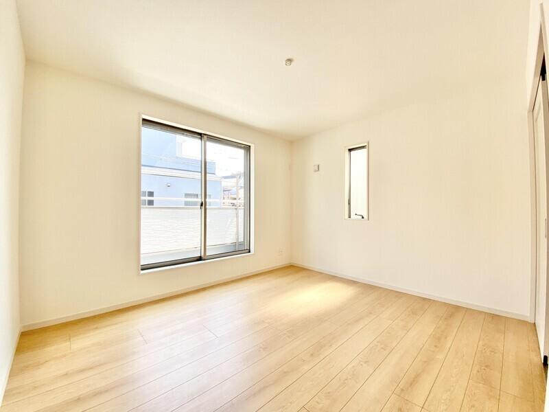 【洋室7.0帖】大きな窓のある二面採光の陽当りが良い洋室です♪窓を開ければ洗濯時に便利なバルコニーが♪
