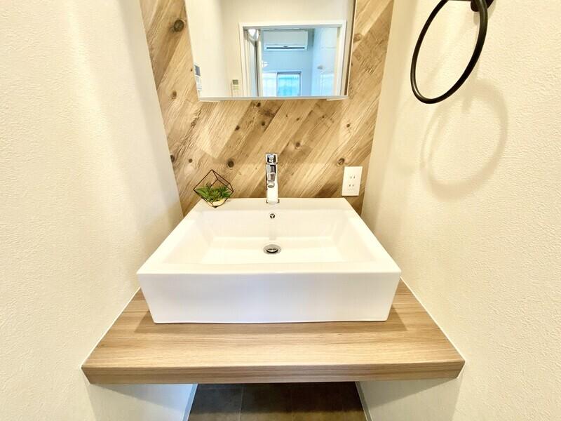 【洗面所】木の壁にミラー、アンティーク調のタオル掛けにスクエアボウルの洗面台etc…♪まるでショップの洗面ルームみたいですね♪