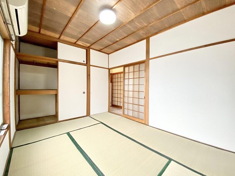 【和室6.0帖】これからの季節に嬉ししいエアコンを完備しています♪畳の緑と天井の木目が自然な雰囲気を出しているお部屋です♪