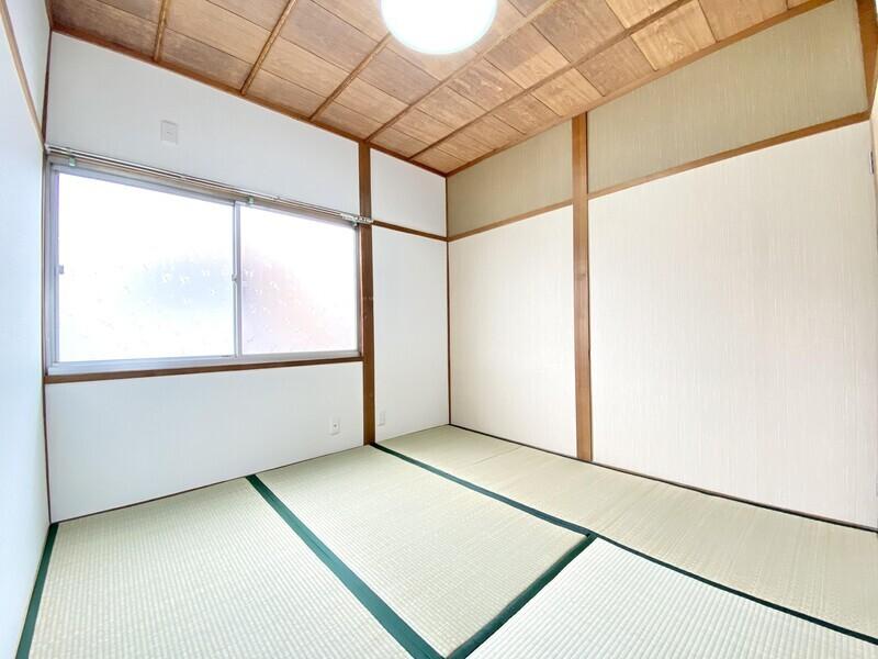 【和室4.5帖】2020年9月に畳表替しています♪畳の緑と天井や収納扉の木目が自然な雰囲気を出しているお部屋です♪
