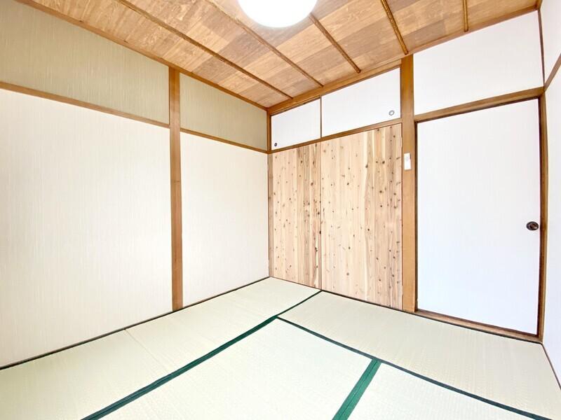 【和室4.5帖】「木」を主張した収納扉が素敵な和室です♪もちろん収納スペースは十分確保♪やはり畳のお部屋は落ち着きますね♪