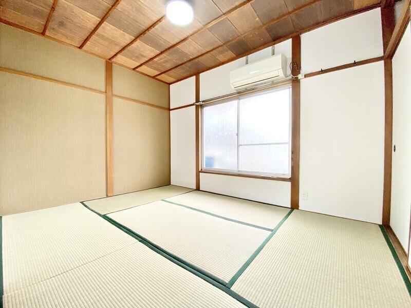 【和室6.0帖】2020年9月に畳表替しています♪エアコンも完備♪畳の緑と天井の木目が自然な雰囲気を出しているお部屋です♪