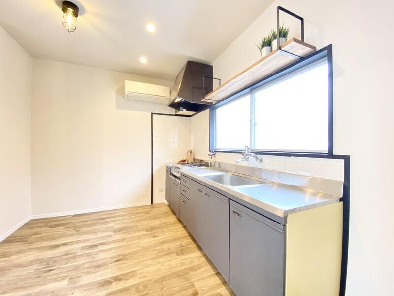 【キッチン】濃い目のウッド調が目を引くキッチンです♪コンロの両隣にスペースがあります♪2021年1月キッチンリペア済み♪