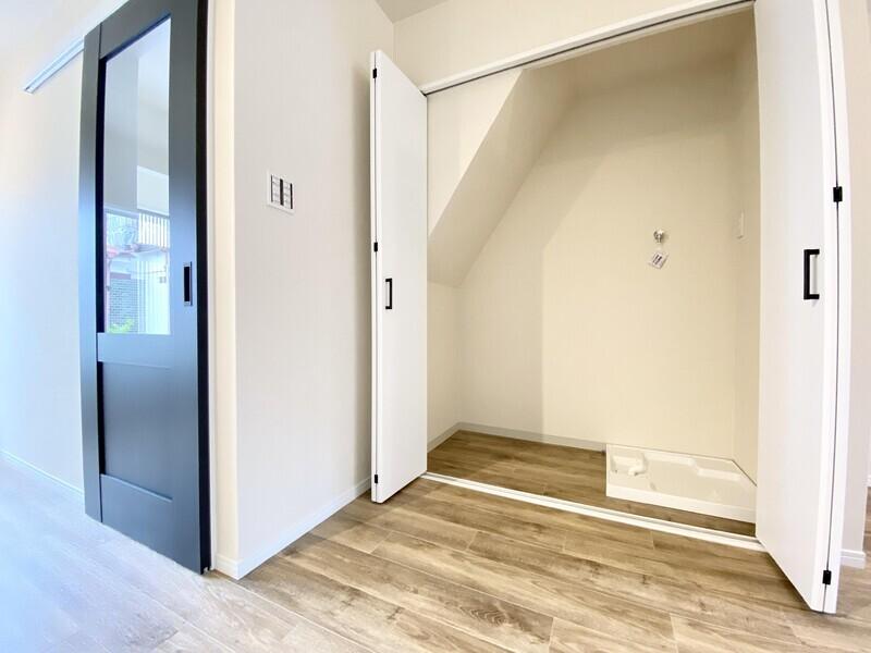 【収納/洗濯機置場】階段下の収納スペースに洗濯機置場があります♪扉を閉めれば壁のようになりますから生活感がなくスッキリした印象ですね♪