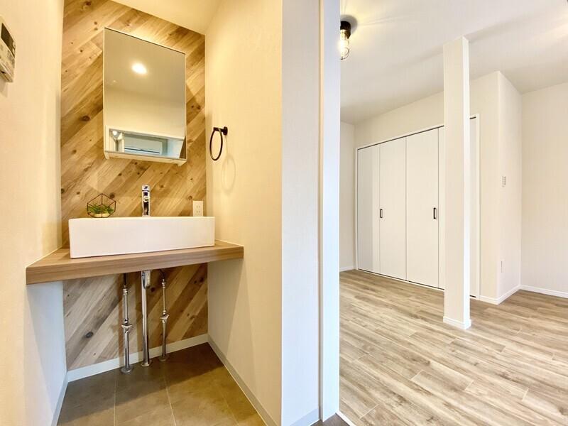 【洗面所】2021年1月洗面台新調済み♪洗面台下の配管をわざと見せることでシンプルな居室の雰囲気を壊さないようにしています♪